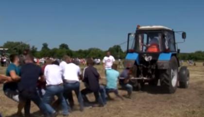 Почалося видовище феєричним шоу з новітньою сільськогосподарською технікою, де змагалися у майстерності водії