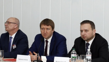 В Украину приехали представители фирм, предлагающих современные технологии в животноводстве, кормах, выращивании КРС, предлагают качественный генетический материал