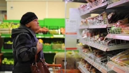 По данным Росстата, в декабре 2016 года условный минимальный набор продуктов в Крыму в расчете на 1 человека стоил 3 тыс. 871 руб., в Краснодарском крае и в Москве стоимость такого набора была выше, чем в оккупированном Крыму – соответственно на 0,8% и 14,9%