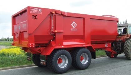 С производственного конвейера ЛКМЗ сошел первый трейлер «Albion-26». Этот прицеп-зерновоз емкостью более чем 26 т