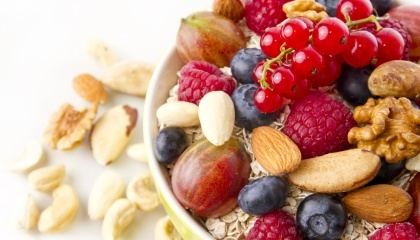 ТОП-5 експортних товарів групи 08 (плоди та горіхи) виглядає так: чорниця, лохина заморожені; волоські горіхи очищені; малина, ожина, чорна смородина морожені; кавуни свіжі