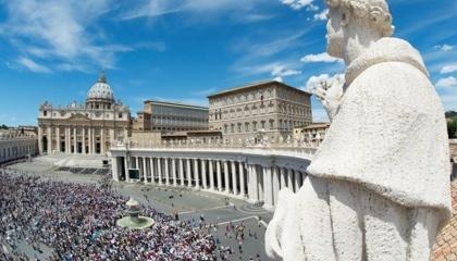 На прохання папи Франциска прісний хліб, який використовується для причастя, може бути виготовлений з ГМО. Однак при цьому Ватикан не дозволяє повністю відмовитися від глютену в хлібі