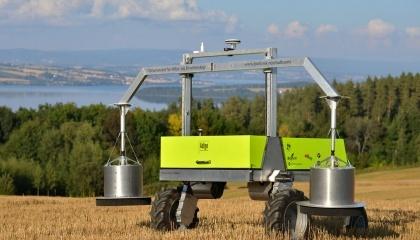Внешне Adigo Field Flux Robot напоминает коромысло, он опускает алюминиевые блоки на землю и проводит анализ почвы