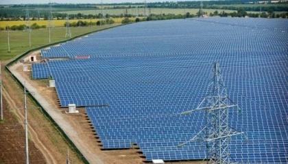 Побудувати сонячну електростанцію в одній з країн, що розвиваються, тепер коштує дешевше, ніж побудувати вітряну. Це означає, що найближчим часом ціна на сонячну енергію знизиться ще більше