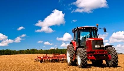 traktor v pole