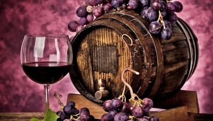 Основная сложность для украинских виноделов - получить лицензию на производство. Вопрос даже не в цене, а в невозможности этого в принципе, через устаревшие нормы, которые достались в наследство от СССР и были разработаны во времена крупных промышленных предприятий
