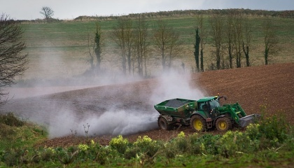 Внесення вапнякових матеріалів в межах 46 т/га на сильнокислих та середньокислих грунтах забезпечує приріст урожаю зернових (пшениця, ячмінь, жито) в межах 3-5 ц/га, кукурудзи на зерно 3-10 ц/га, гречки 1,5-3 ц/га, гороху 2-4 ц/га, картоплі 20–50 ц з га