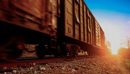 Из имеющихся в Украине 10 тыс. вагонов-зерновозов около 2 тыс. принадлежали как раз российским железнодорожным операторам. Если россияне таки заберут свои зерновозы, то перевозки зерна в порты станут еще более проблемным
