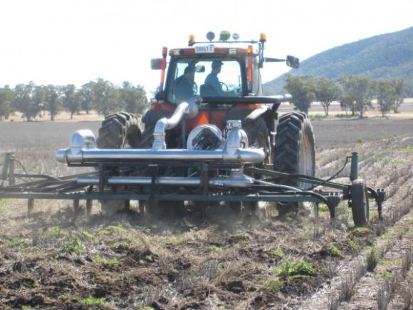 Удобрення грунту вихлопними газами трактора фото, ілюстрація