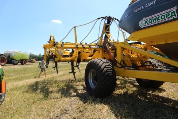 Глубокорыхлитель — главный элемент консервирующей обработки почвы фото, иллюстрация