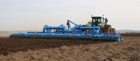 Один проход — семь операций. Агрегаты для обработки почвы фото, иллюстрация