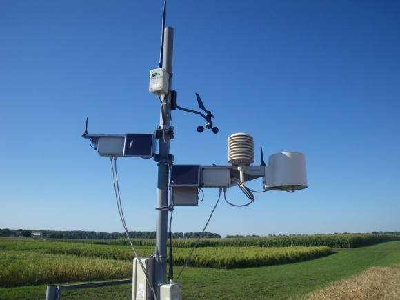 Метеостанция на поле – помощник от небесной канцелярии фото, иллюстрация
