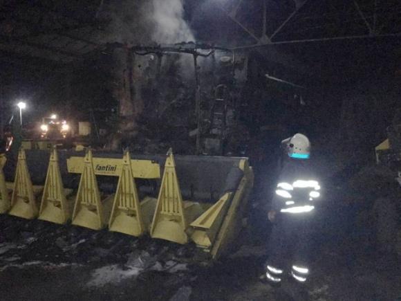 В Днепропетровской области сгорел ангар с техникой фото, иллюстрация