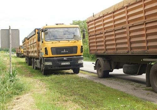 Новые штрафы не уберут с дорог перегруженные зерновозы фото, иллюстрация