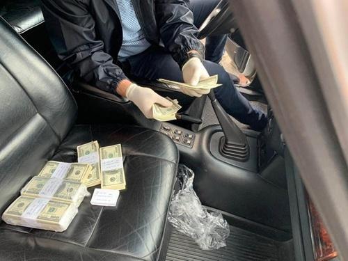 Главу РГА Ровенской поймали на взятке в 300 долларов за выделение участка для ведения агробизнеса фото, иллюстрация