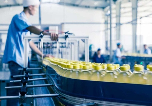 За обсягами реалізованої продукції харчова має першість в промисловості фото, ілюстрація