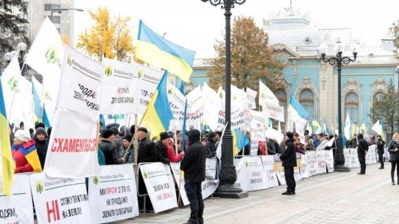 Аграрии продолжат протест против распродажи Украины под парламентом фото, иллюстрация