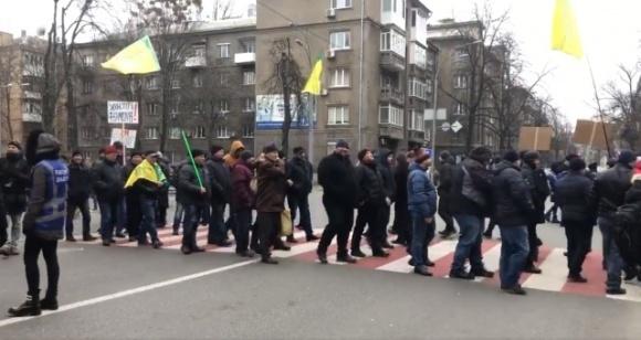 У Києві учасники акції протесту проти закону про ринок землі перекрили рух на кількох центральних вулицях фото, ілюстрація