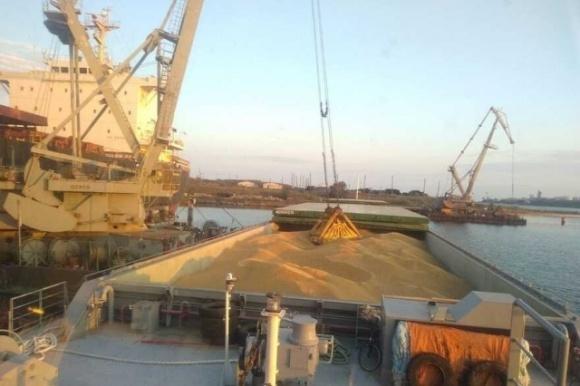 В порты Одесской области зерно поставляет самая большая баржа Украины  фото, иллюстрация