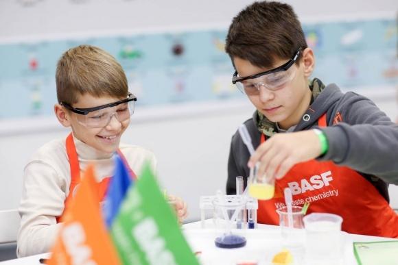 BASF запускает в Украине детскую химическую лабораторию BASF Kids 'Lab фото, иллюстрация