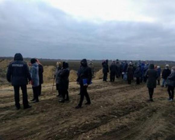 На поле до бельгійського фермера приїхали автоматники фото, ілюстрація