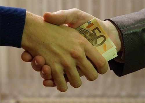 Владелец UKRAVIT призывает Зеленского и СБУ прекратить произвол чиновников, которые «выбивают» взятки с бизнеса фото, иллюстрация