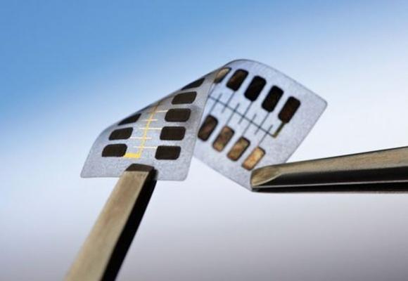 Маркировка продуктов в будущем: гибкая метка, QR-код и нанокомпьютер фото, иллюстрация