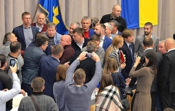 В Полтаве депутаты подрались из-за рынка земли фото, иллюстрация