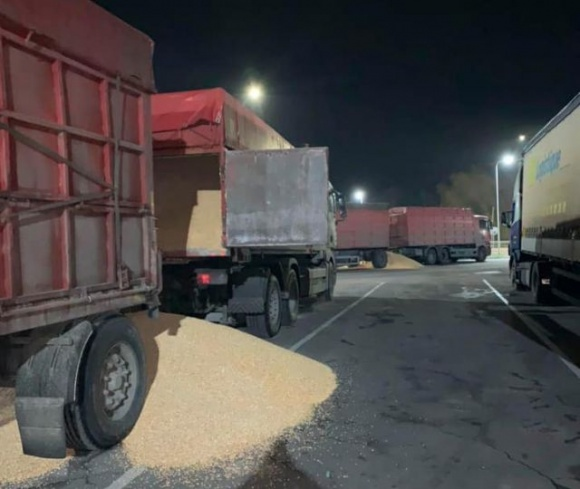 На Черкащине перегруженные фуры высыпали зерно на дорогу фото, иллюстрация