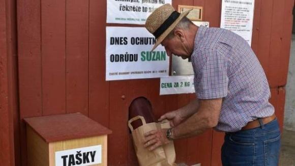 Чешский фермер смастерил автомат по продаже картофеля фото, иллюстрация