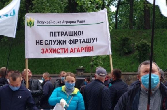 Под Радой аграрии протестуют против решения МЭРТ ввести квоты на импорт удобрений фото, иллюстрация