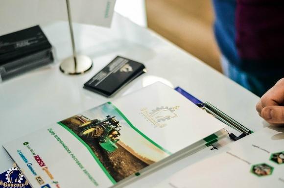 «АГРО-2017» демонстрирует и помогает фото, иллюстрация