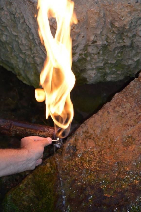 Унікальне карпатське джерело, що горить (ВІДЕО) фото, ілюстрація
