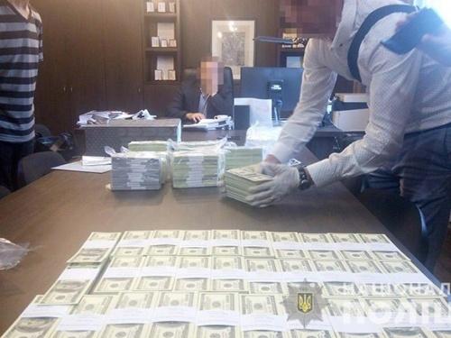 Топ-чиновників «Інституту охорони ґрунтів України» та ДП затримали на хабарі 1.5 млн доларів фото, ілюстрація