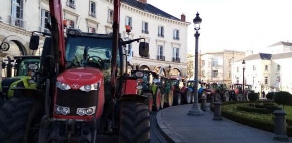 Французские фермеры протестовали на тракторах против административных ограничений фото, иллюстрация