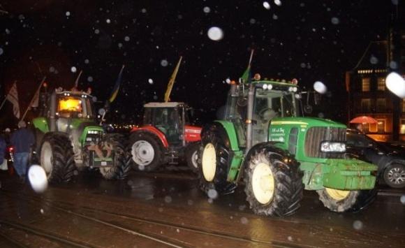 У Гаазі тисяча фермерів на тракторах мітингували проти закону про шкідливі викиди фото, ілюстрація