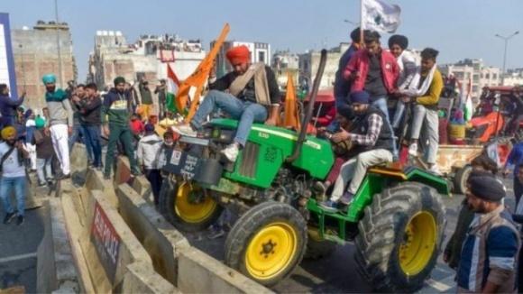 Десятки тисяч фермерів на тракторах штурмують столицю Індії фото, ілюстрація