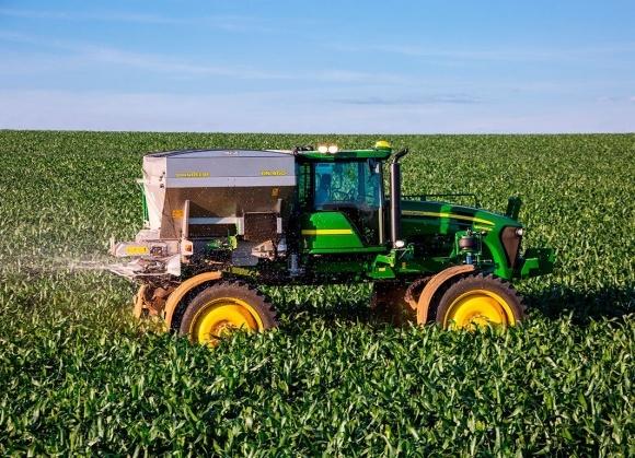 John Deere выведет на рынок СНГ самоходный разбрасыватель минудобрений фото, иллюстрация