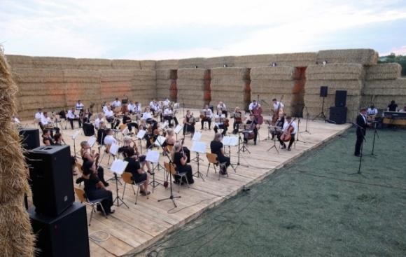 На Харьковщине прямо в поле выступил оркестр  фото, иллюстрация