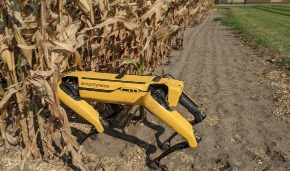 Компания Corteva Agriscience одна из первых в мире использует маневренных мобильных роботов для передвижения между рядами посевов фото, иллюстрация