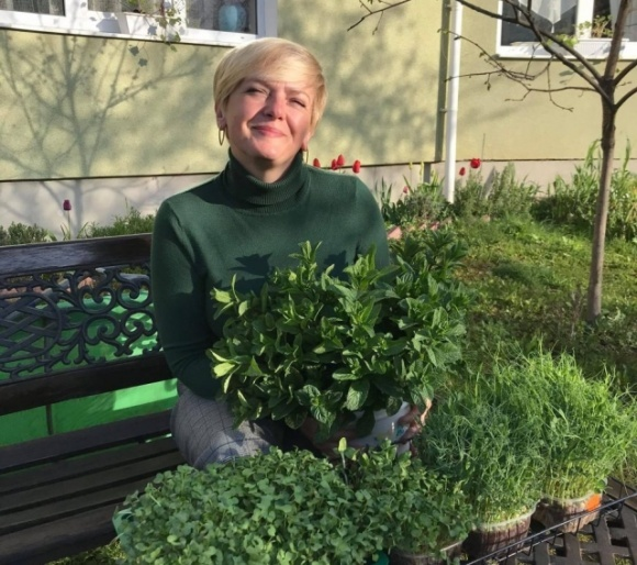 Закарпатська садівниця поділилась досвідом вирощування пряних трав та мікрогріну фото, ілюстрація