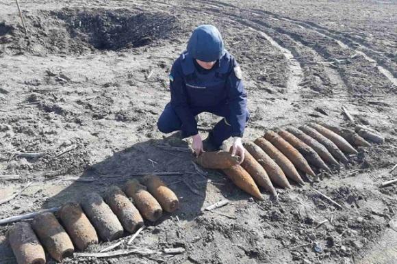 На Хмельниччині фермер у полі розкопав арсенал снарядів часів Другої світової війни фото, ілюстрація
