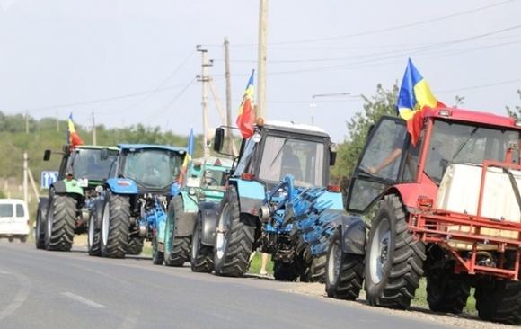 В Молдове фермеры вывели на трассы сельхозтехнику, требуя от власти помощи фото, иллюстрация