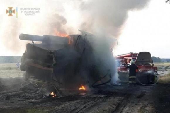 На Полтавщині під час жнив вогонь повністю знищив два комбайни і трактор фото, ілюстрація