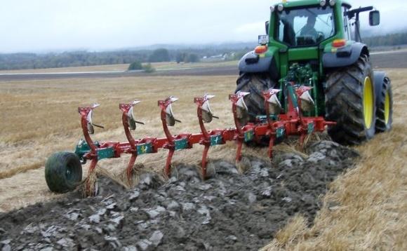 На Херсонщине фермер оказался в реанимации, влетев на «Тойоте» в трактор фото, иллюстрация