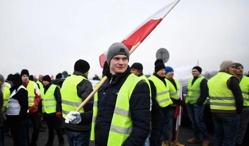 Фермеры в Польше заблокировали трассу, требуя установить пошлины на продукцию из Украины фото, иллюстрация