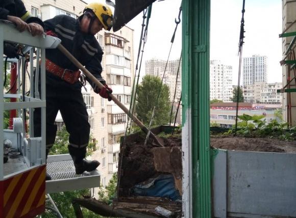 В Києві обвалилася влаштована на балконі грядка з полуницею фото, ілюстрація