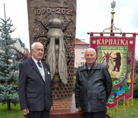 На Закарпатье открыли памятник украинской пчеле фото, иллюстрация
