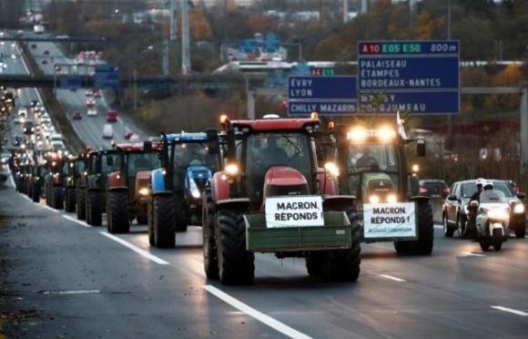 Франція: фермери на тракторах блокують дороги до Парижа фото, ілюстрація