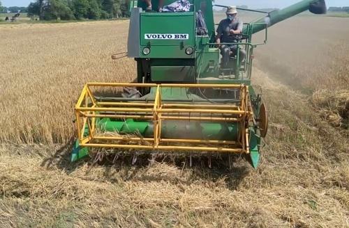 Украина каждый год теряет огромные объемы урожая из-за нехватки комбайнов фото, иллюстрация